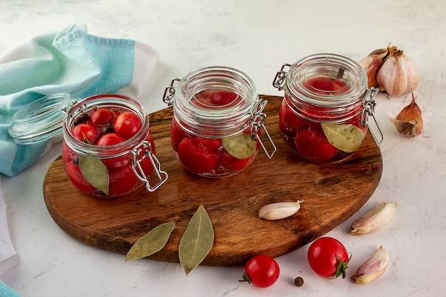 Słoik do marynowania ze świeżych dojrzałych pomidorków cherry.