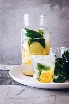 Słoik i szklanka do picia wypełniona sokiem z lemoniady