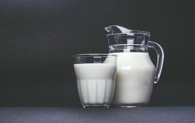 Słoik i szklanka mleka