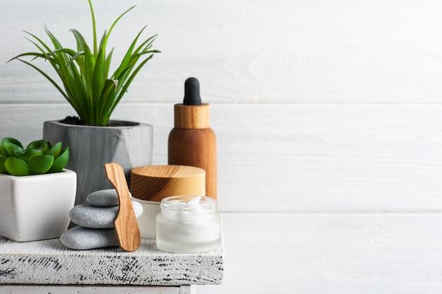 Słoik kosmetyczny z kremem, balsamem nawilżającym lub maską na drewnianym stole. naturalne organiczne spa z ekologicznym opakowaniem