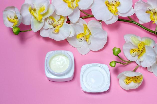 Słoik kremowej różowej przestrzeni z kwiatami