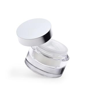 Słoik kremu kosmetycznego na białym tle