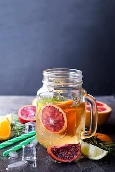 Słoik lemoniady z owoców cytrusowych