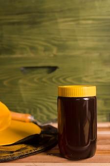 Słoik miodu z żółtą okładką