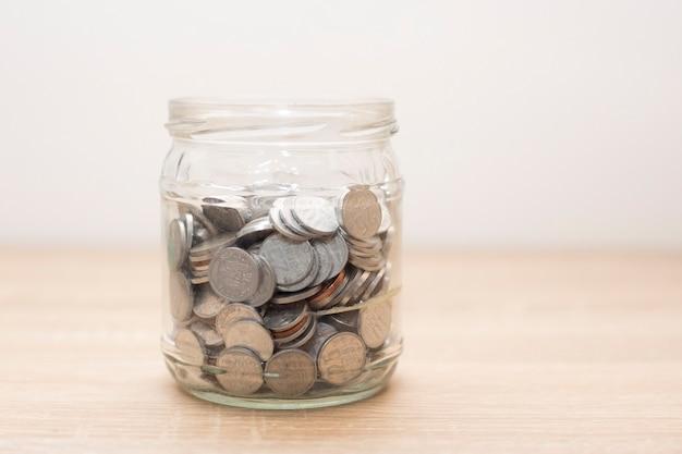 Słoik pełen monet. zapisz koncepcję finansowania.
