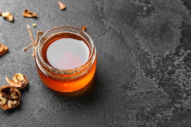 Słoik słodkiego miodu na stole