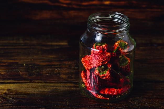 Słoik suszonych czerwonych papryczek chilii