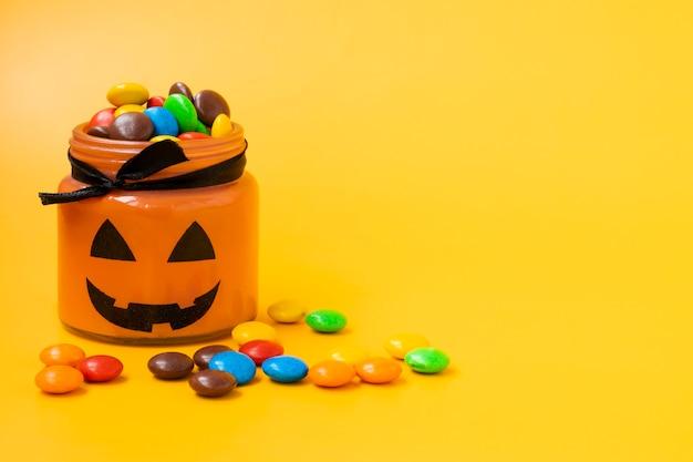 Słoik w formie dyni na halloween.