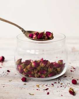 Słoik z bliska wypełniony organicznymi mini różami