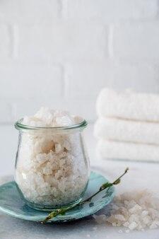 Słoik z dużych kryształów patrz sól. zdrowa pielęgnacja skóry. koncepcja spa