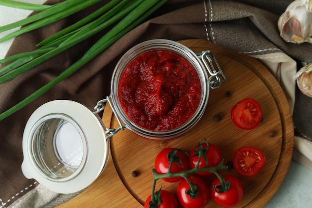 Słoik z koncentratem pomidorowym i składnikami, widok z góry