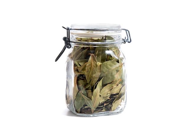 Słoik z liśćmi laurowymi