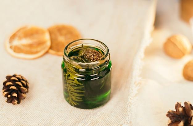 Słoik z miodową nalewką z igieł sosny leśnej