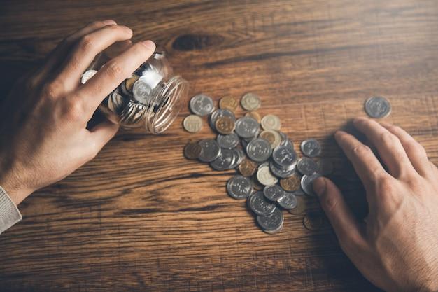 Słoik z monetami na biurku