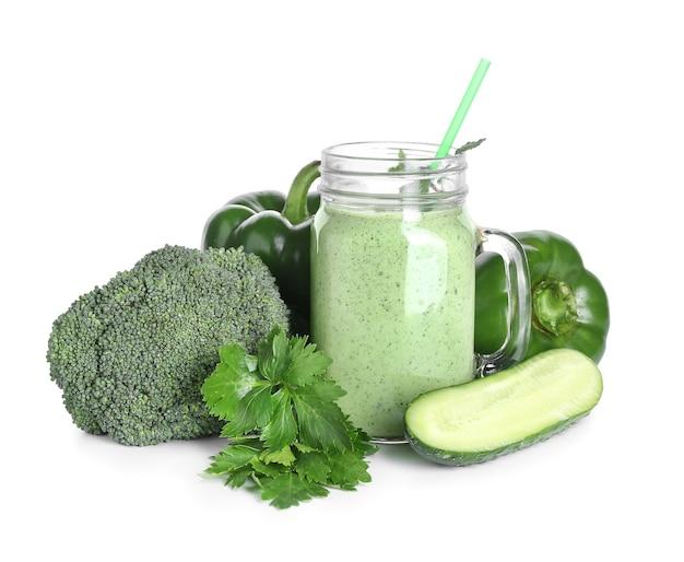 Słoik zdrowego smoothie z warzywami na białej powierzchni