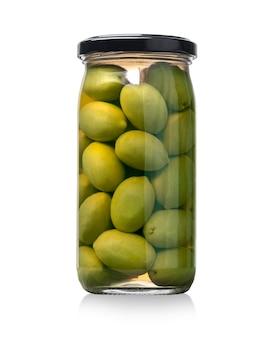 Słoik zielone oliwki na białym