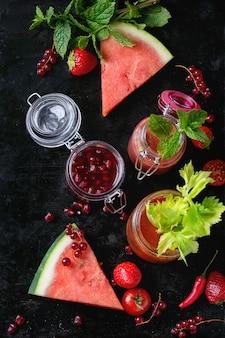 Słoiki czerwonych koktajli