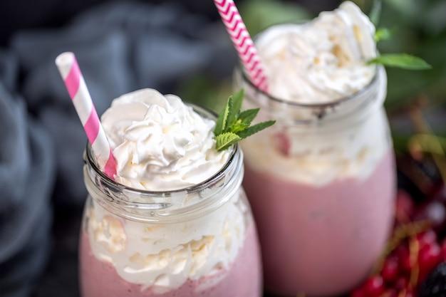 Słoiki koktajlu mlecznego z bitą śmietaną