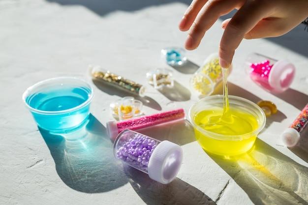 Słoiki z cekinów i koralików. zabawki dla dzieci, gry. edukacja i czas wolny