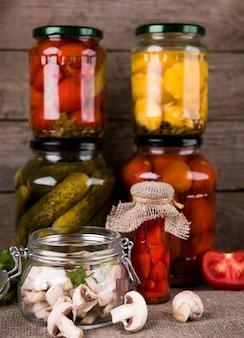 Słoiki z domowymi konserwami warzywnymi