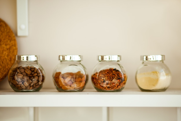 Słoiki z jedzeniem na lekkich półkach