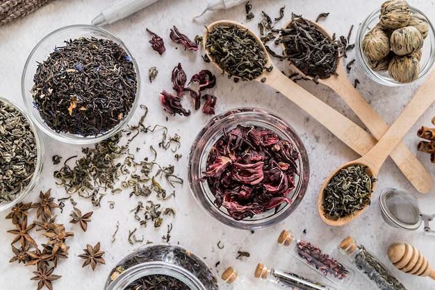 Słoiki z naturalnymi ziołami na biurku