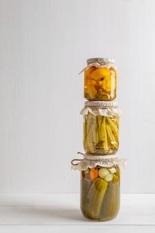 Słoiki ze smacznymi sfermentowanymi warzywami