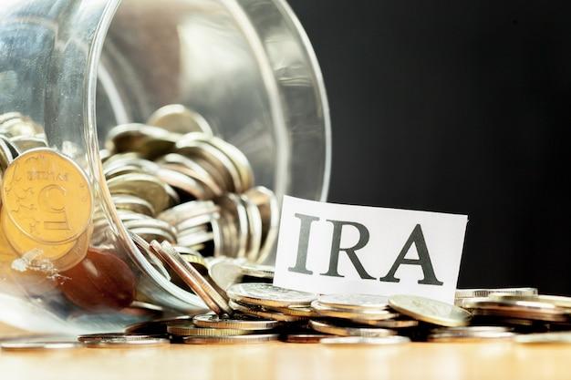 Słój szklany używany do oszczędzania banknotów i banknotów w dolarach dla funduszu emerytalnego ira