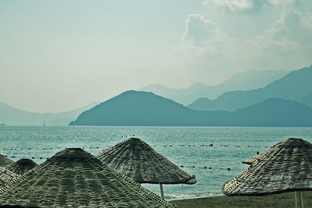 Słomiane parasole na plaży. marmaris. indyk