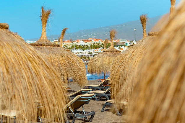 Słomiane parasole na plaży oceanu.