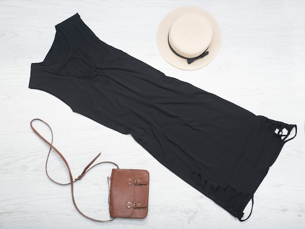 Słomkowy kapelusz, czarna sukienka, torebka