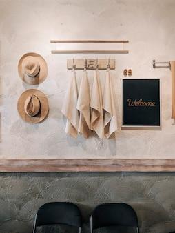 Słomkowy kapelusz i wiszące ręczniki plażowe