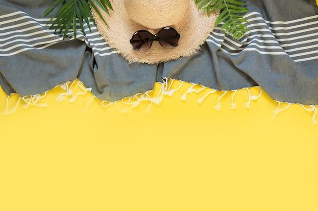 Słomkowy kapelusz przeciwsłoneczny, muszle. kwadrat letnie wakacje tło. widok z góry.
