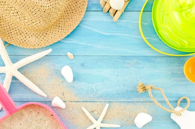 Słomkowy kapelusz z gwiazdami morskimi i piaskiem
