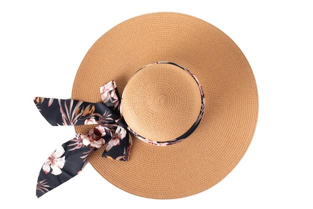 Słomkowy kapelusz z wstążką na na białym tle, widok z góry.