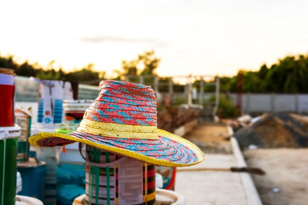 Słomkowy kapelusz został zapomniany i pozostawiono go po skończeniu pracy.