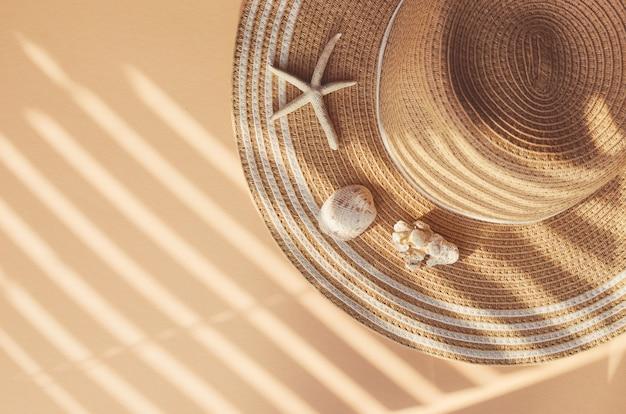 Słomkowy letni kapelusz z muszelkami i koralowcami