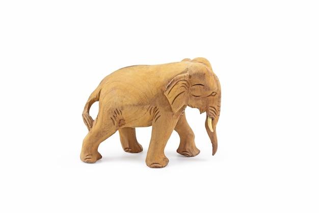 Słoń wyrzeźbiony z twardego drewna na białym tle