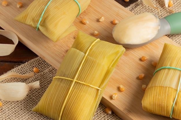 Słona pamonha z masłem, tradycyjna brazylijska przekąska kukurydziana.