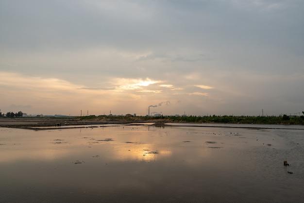 Słona ziemia alkaliczna pod zachodzącym słońcem jest złota