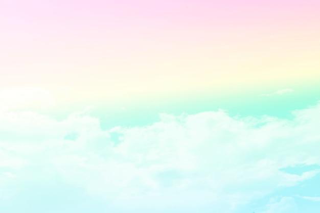 Słońce i chmury w pastelowym kolorze