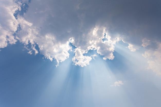 Słońce i chmury.