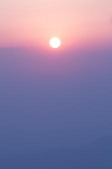 Słońce na niebie w czasie rano