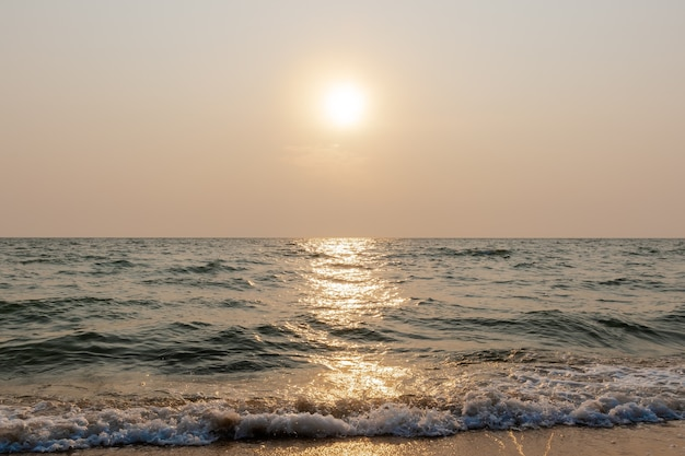 Słońce na niebie zanieczyszczenia powietrza na plaży w godzinach wieczornych