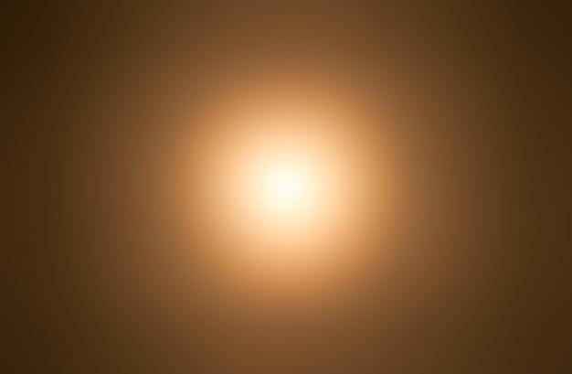 Słońce na żółtym niebie rozmywa ostrość