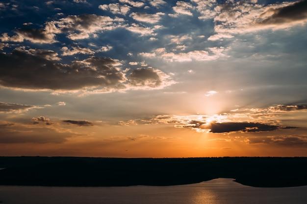 Słońce świeci z chmur w pięknej zatoce podczas wschodu słońca