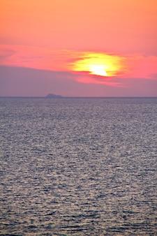 Słońce wschodzące nad morzem śródziemnym
