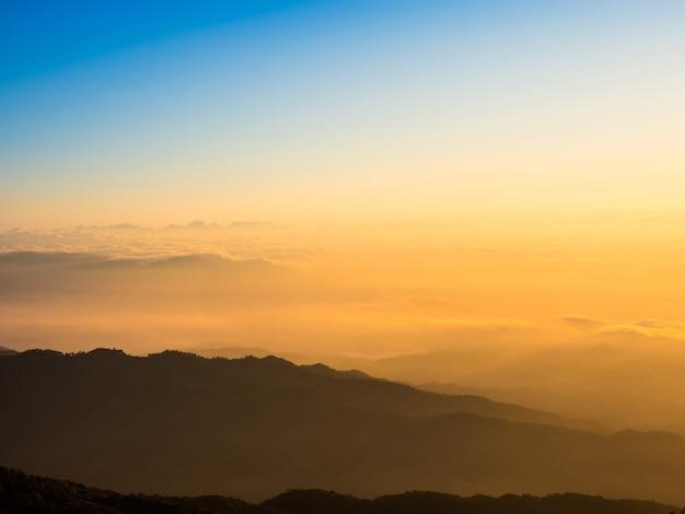 Słońce wschodzi na szczycie wzgórza