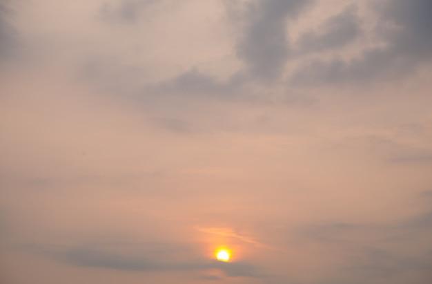 Słońce wschodzi rano