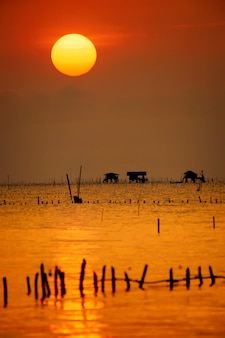 Słońce wschodzi w bang tabun. prowincja phetchaburi